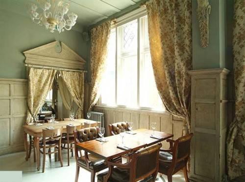London Pub Shows Classic Georgian Good Looks