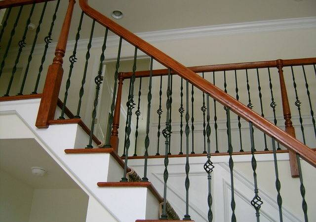 Metal Baluster Wood Hand Rail Traditional Staircase